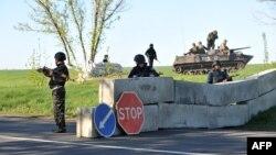 Українські силовики займають позицію на блокпості біля Слов'янська, 25 квітня 2014 року