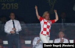 Kolinda Grabar-Kitarovic între președinții Emmanuel Macron și Vladimir Putin duminică pe Stadionul Lujniki