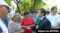 Инвалиды по слуху и их родители разговаривают с директором центра занятости города Шымкента Асылжаном Жамалбековым.