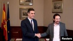 Лидерът на социалистите Педро Санчес и колегата му от Подемос Пабло Иглесиас