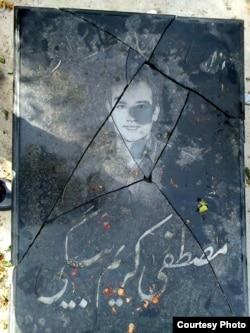 مادرش میپرسد «فکر کردند که اگر سنگ قبر بچه مرا بشکنند، من ساکت میشوم؟»