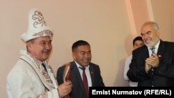 Айтмамат Кадырбаев экинчи жолу мэрликке шайланган учур. 25-май, 2016-жыл.
