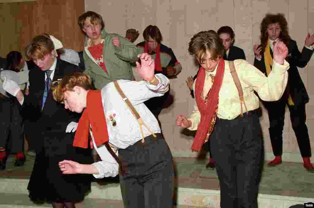 Молодые люди танцуют на московском Арбате, 1988 год.