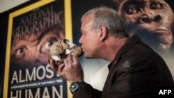 Профессор Ли Бергер целует череп Homo Naledi в ходе презентации открытия