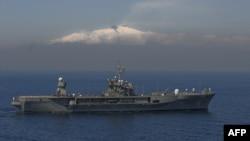 Флагман 6-го флоту США Mount Whitney на тлі гори Етна в Італії (архівне фото)