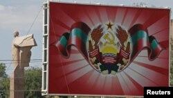 Билборд с гербом Приднестровья на фоне памятника Ленину. Тирасполь, 31 августа 2012 года.