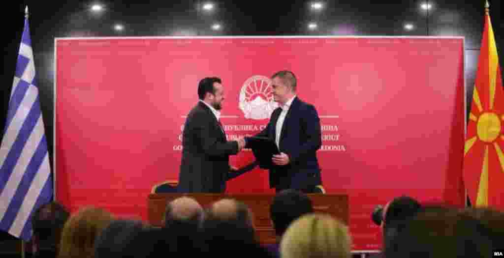 МАКЕДОНИЈА - Намалување на цените во роаминг услугите најавија министрите Дамјан Манчевски и неговиот грчки колега Никос Папас на заедничката прес-конференција во Скопје. Ова е прва соработка на двете страни по потпишувањето на Договорот за името.