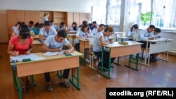 Абитуриенты в Самарканде сдают экзамен для поступления в вуз.