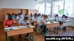 Абитуриенты в Самарканде сдают экзамен для поступления в ВУЗ