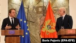 Kryeministri malazez Dushko Markoviq dhe komisionari evropian për Zgjerim ,Oliver Varhelyi, gjatë një takimi në Podgoricë më 7 shkurt.