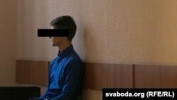ОМОН қызметкеріне қол жұмсады деп айыпталған Александр Харута сот залында тұр. Минск, 31 қазан 2016 жыл.