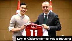Türkiyə prezidenti Racep Tayyip Erdogan və Arsenalın futbolçusu Mesut Ozil, London, 13 May, 2018
