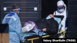 A patient suspected of having the coronavirus is brought to an infectious-diseases hospital in Kommunarka, Moscow, on March 25.