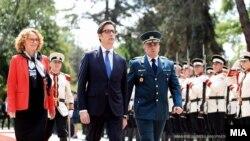 Претседателот Стево Пендаровски во посета на Генералштаб на АРМ на средба со началникот на Генералштабот, генералот Васко Ѓурчиновски и министерката за одбрана Радмила Шекеринска.