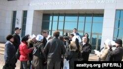 Түрмедегі азаматтардың туыстары президент әкімшілігінің алдында тұр. Астана, 1 сәуір 2011 жыл.
