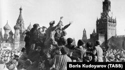 1945-жыл, 9-май. Москвадагы Кызыл аянтта жеңишти майрамдап жаткан аскерлер.
