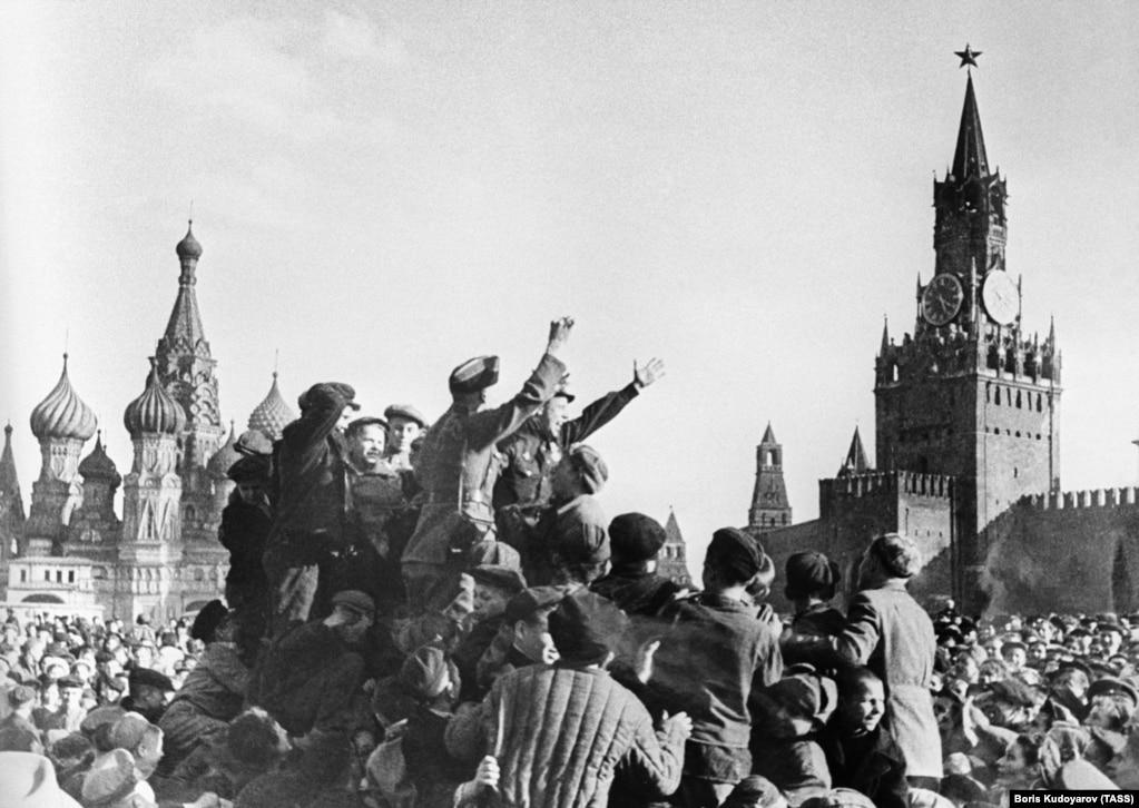 Гуляння на Красній площі в Москві, 9 травня 1945 року. Американець, очевидець того дня в Москві, згадував той час словами: «Усі веселилися, але у деяких в очах стояли сльози ... Ми бачили дипломатів і співробітників американського посольства, які кидали з балкону шоколад, солодощі та іграшки»