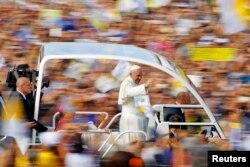 Рим папасы Франциск жұрт алдына ашық көлікпен келді. Италия, 22 қыркүйек 2013 жыл.