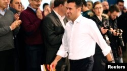 """Лидерот на СДСМ, Зоран Заев на прес конференција во партиското седиште, каде ги објавуваше опозициските """"бомби"""". 27 февруари, 2015."""