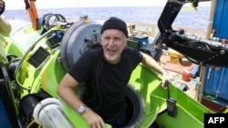 Режиссер Джеймс Кэмерон жердің ең төменгі нүктесіне түсіп шыққаннан кейін. 26 наурыз, 2012 жыл