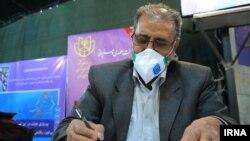 یک شهروند برای شرکت در انتخابات مجلس ایران که همزمان با مجلس خبرگان برگزار خواهد شد، نامنویسی میکند
