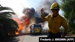 Американський пожежник в районі розташування президенстької бібліотеки Рональда Рейгана в місті Сімі-Веллі, штат Каліфорнія, 30 жовтня 2019 року