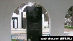 Muhammetnazar Gapurow Aşgabat şäherindäki gonamçylygyň Hormat alleýasynda jaýlandy.