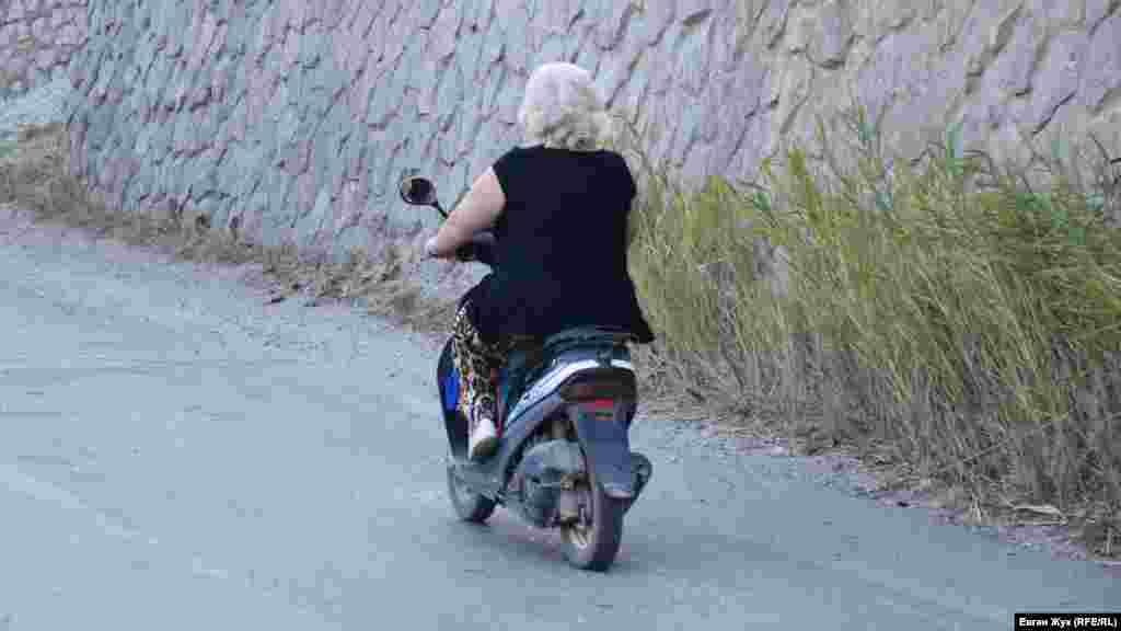 Крутими вулицями селища чимало жителів пересуваються на мопедах і скутерах