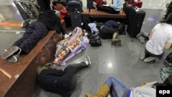 """Пассажиры """"Люфтганзы"""" бедствуют в германских аэропортах."""