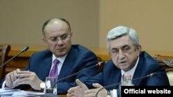 Президент Армении Серж Саргсян (справа) и министра обороны Сейран Оганян в ходе совещания в Минобороны, Ереван, 18 апреля 2014 г.