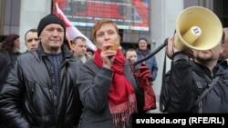 Уладзімер Някляеў (зьлева) і Марына Адамовіч падчас акцыі на 1 траўня на Кастрычніцкай плошчы ў Менску