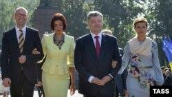 Зьлева направа: Арсеній Яцанюк, яго жонка Тэрэзія, прэзыдэнт Украіны Пятро Парашэнка і яго жонка Марына на сьвяткаваньні Дня незалежнасьці Ўкраіны 24 жніўня 2015 году