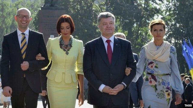 Премьер-министр Арсений Яценюк с женой Терезией и президент Петр Порошенко с женой Мариной