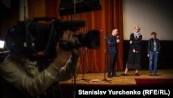 Режисер Аскольд Куров і сестра Сенцова Наталія Каплан під час прем'єри фільму «Процес» у Києві, березень 2017 року.