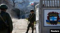 Российские военные на базе в Перевальном– еще недавно украинской
