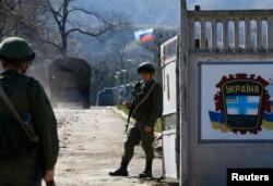 Начало аннексии Крыма: российские военные у военной базы в Перевальном близ Симферополя