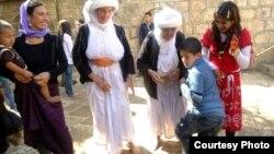 """أيزيديون عراقيون يمارسون طقوس عيد """"خدر الياس"""" في دهوك"""