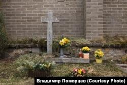 Братская могила пяти власовцев на кладбище деревни Кртень близ Праги