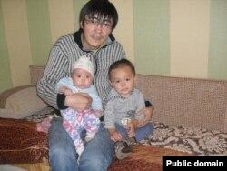Алмас Тоқабаев балаларымен бірге. Facebook әлеуметтік желісіндегі сурет.