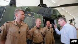 Нерӯҳои байналмилалии кумаки амниятӣ ба Афғонистон (ISAF) дар фурудгоҳи шаҳри Мазори Шариф