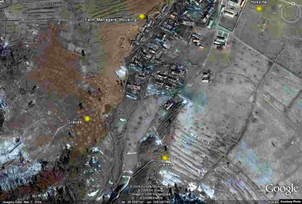 Лагерь для политических заключенных № 18. На карте отмечены могилы. Поскольку заключенных хоронят в массовых захоронениях, в отдельных могилах, вероятно, захоронены тела охранников лагеря.