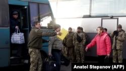 Украинская сторона в ожидании обмена пленными. 27 декабря 2017 года.