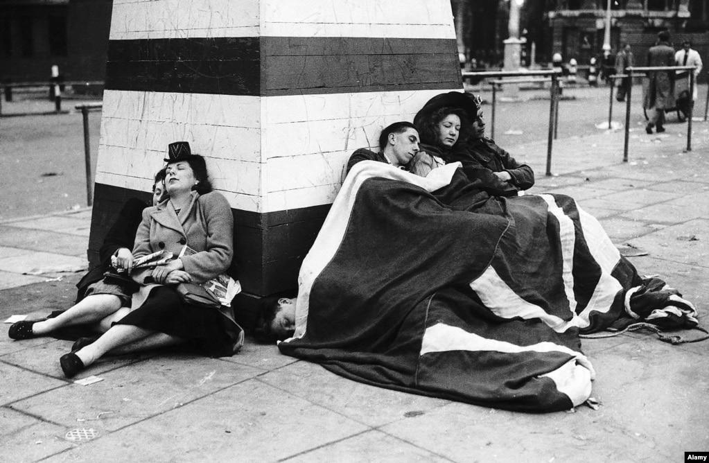 Відпочинок після вечірки століття. Лондон, 8 травня 1945 року. Війна в Європі була закінчена, але Друга світова ще тривала. Японія підписала капітуляцію лише 2 вересня 1945 року