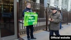 """Активисты партии """"Яблоко"""" проводят пикет у Госдумы, 21 октября 2015 года"""