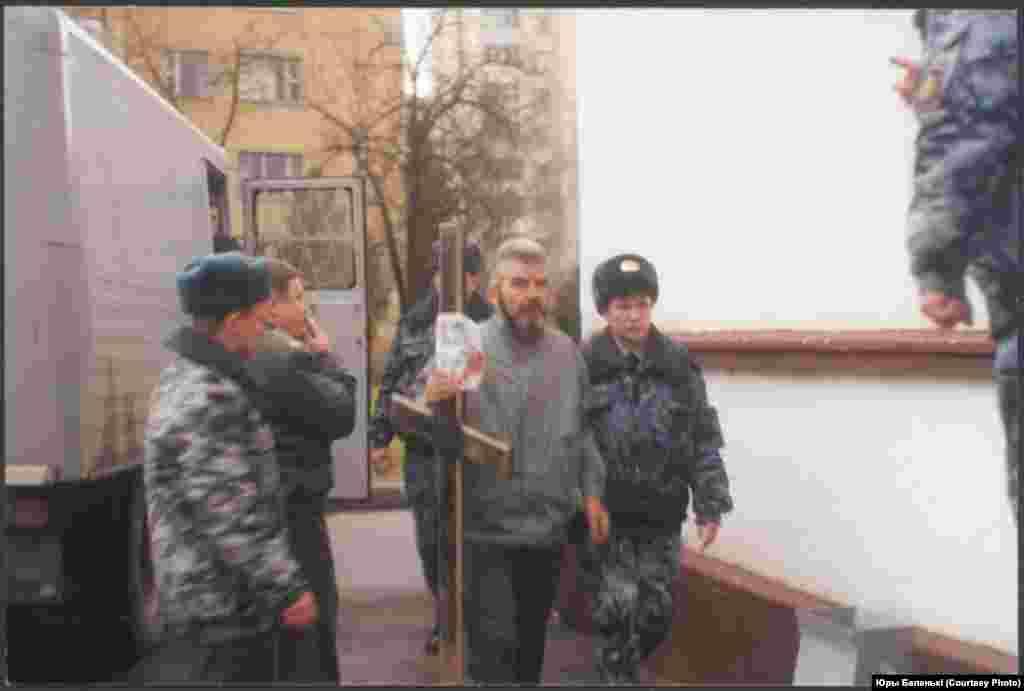 Актывіст КХП БНФ Уладзімер Юхо, шматгадовы рупліўца Курапатаў. На фота Ўладзімер Юхо падчас затрыманьня міліцыяй 9 лістапада 2001 году за абарону Курапатаў.