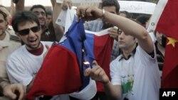 Сиријци палат руски и кинески знамиња за време на состанокот на Арапската лига во Каиро.