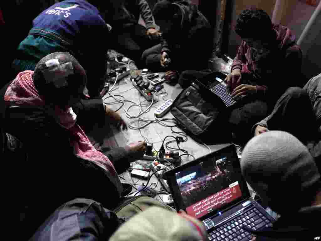 Хөкүмәткә каршы блоггерлар Тәхрир мәйданында үз компьютерларында эшли. 10 февраль 2011.