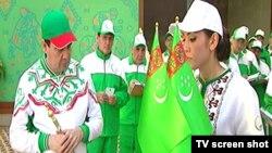 """Prezident Gurbanguly Berdimuhamedow """"Aziada-2017"""" üçin niýetlenen lybaslar bilen tanyşýar."""