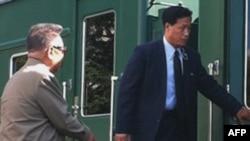 Ким Чен Ир садится в свой знаменитый бронепоезд