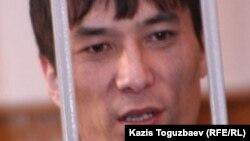 Рустем Туяков на фото 12-летней давности, снятом в зале суда города Алматы.